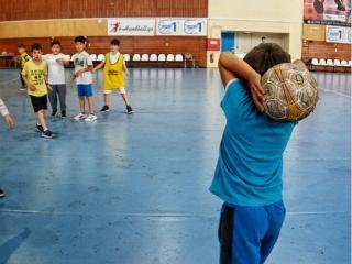 τα παιδιά που συμμετέχουν στο summer camp ο πρωταθλητής παίζουν ποδόσφαιρο σε κλειστή αίθουσα