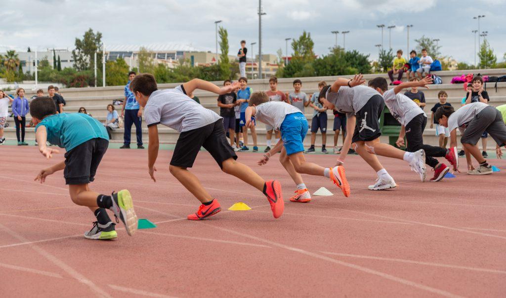 τα παιδιά στις σχολικές εκδρομές στο Πρωταθλητή τρέχουν και διασκεδάζουν