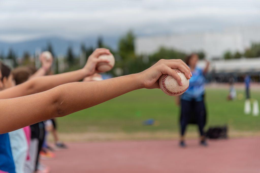 τα παιδιά στο καλοκαιρινό τους καμπ θα παίξουν softball