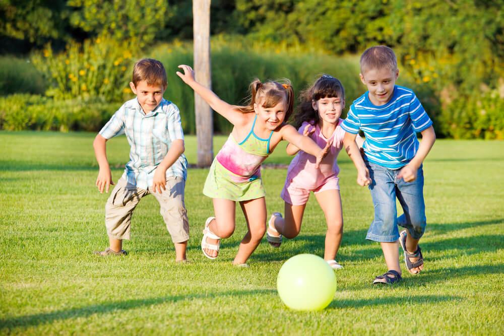 μικρή ομάδα παιδιών παίζουν ποδόσφαιρο στο Summer Camp του Πρωταθλητή